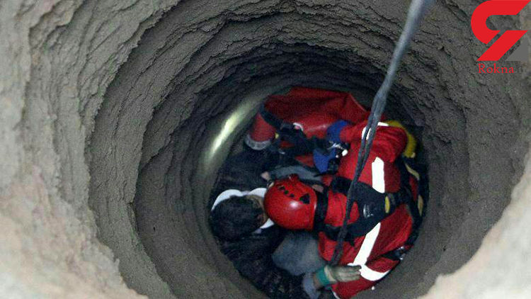 نجات کارگر از چاه ۱۲ متری + عکس