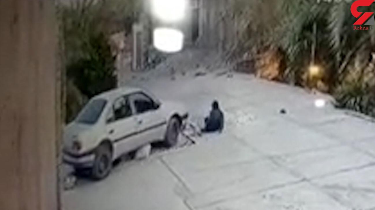 فیلم دردناک / کودک ماشین پدرش را استارت زد و مادر و مادر بزرگش را زیر گرفت