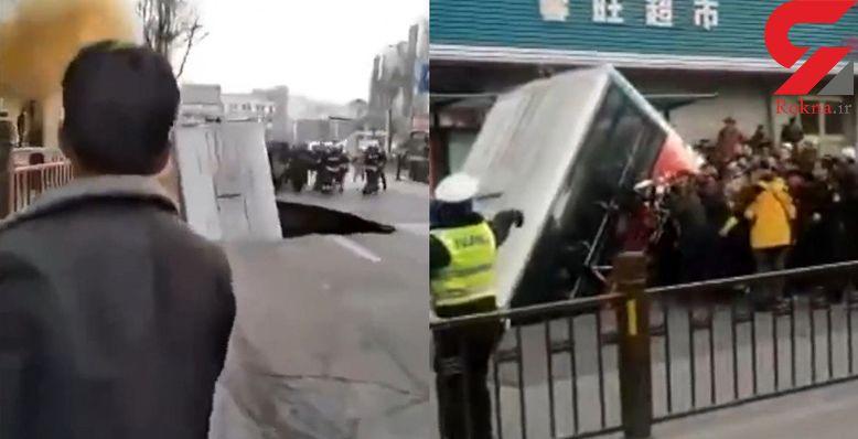 لحظه وحشتناک بلعیده شدن اتوبوس شهری در خیابان + فیلم / چین