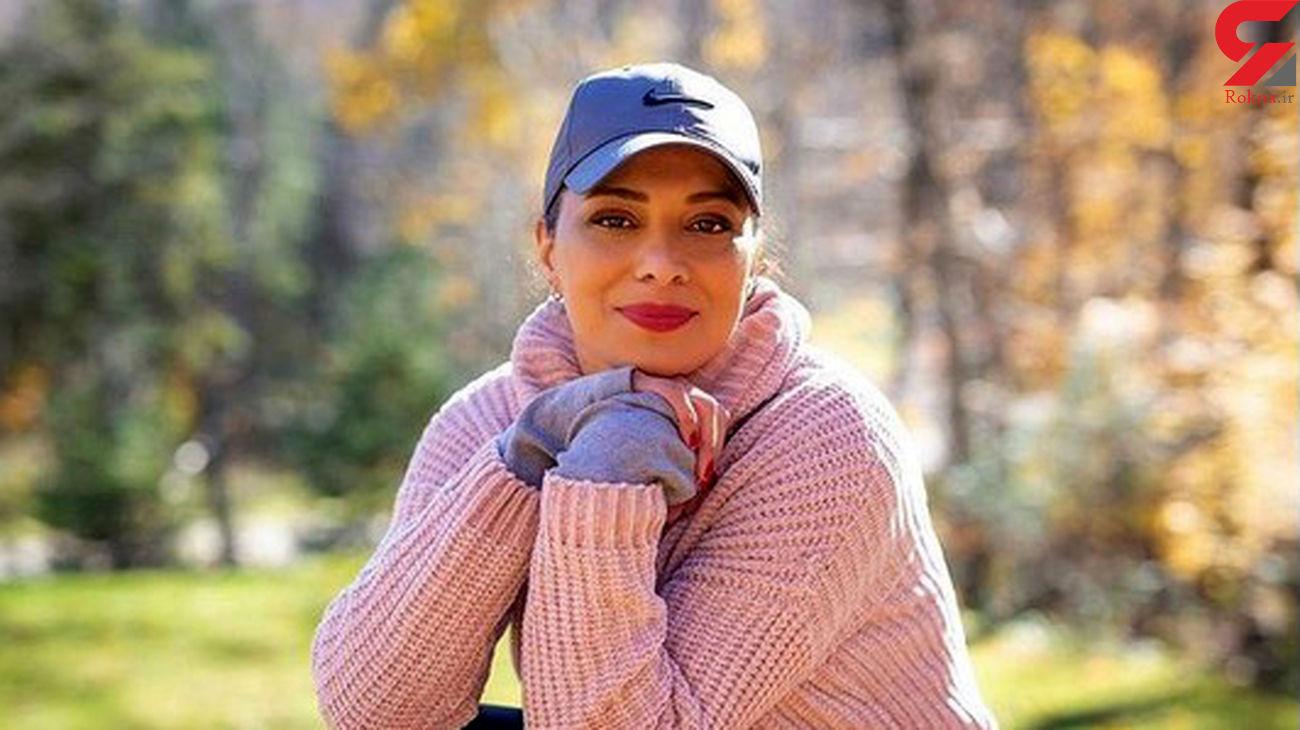 خوشحالی خانم بازیگر در حیاطی باصفا
