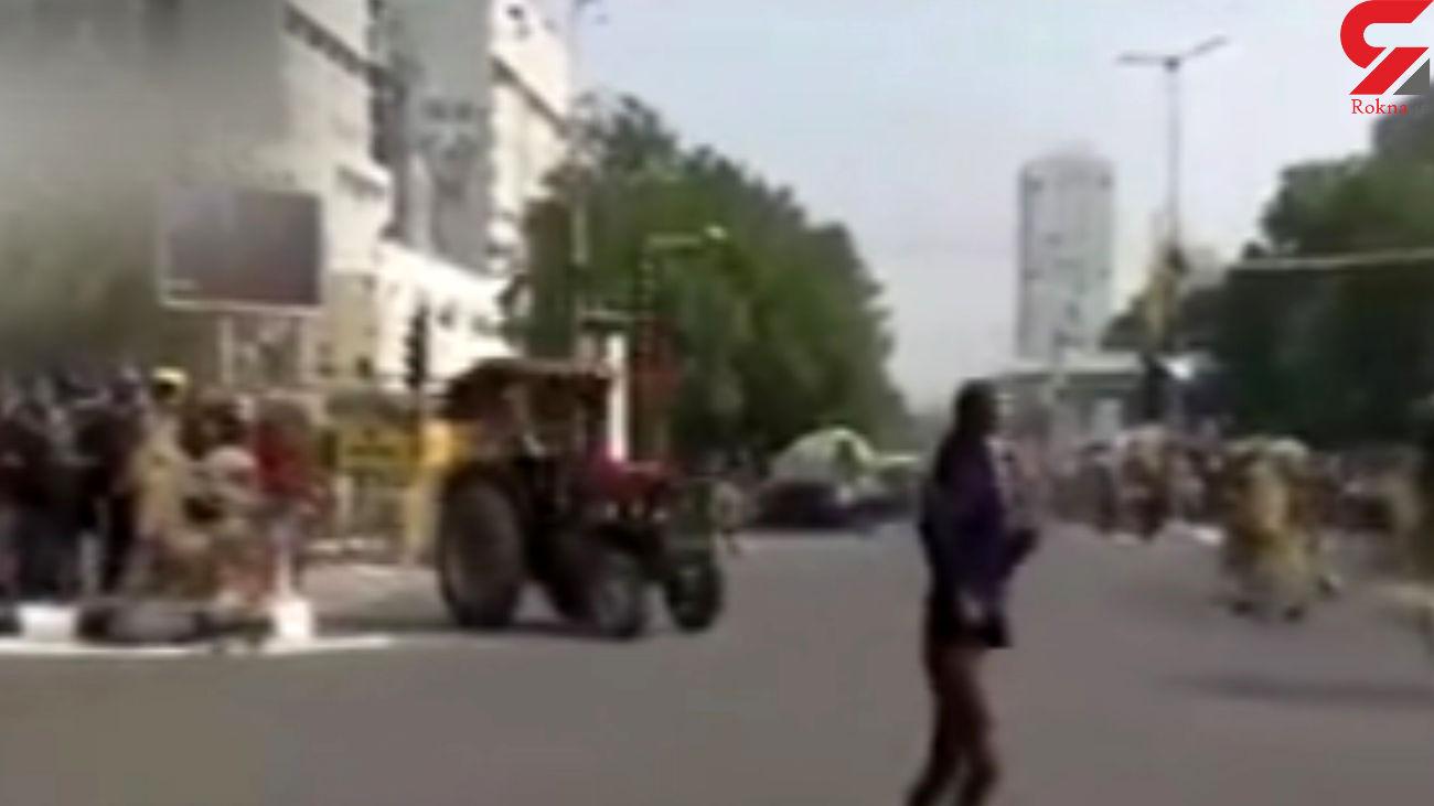 حمله کشاورزان خشمگین هندی به پلیس با تراکتور! + فیلم
