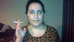 این زن نابینا به جای غذا ته سیگار می خورد !+عکس