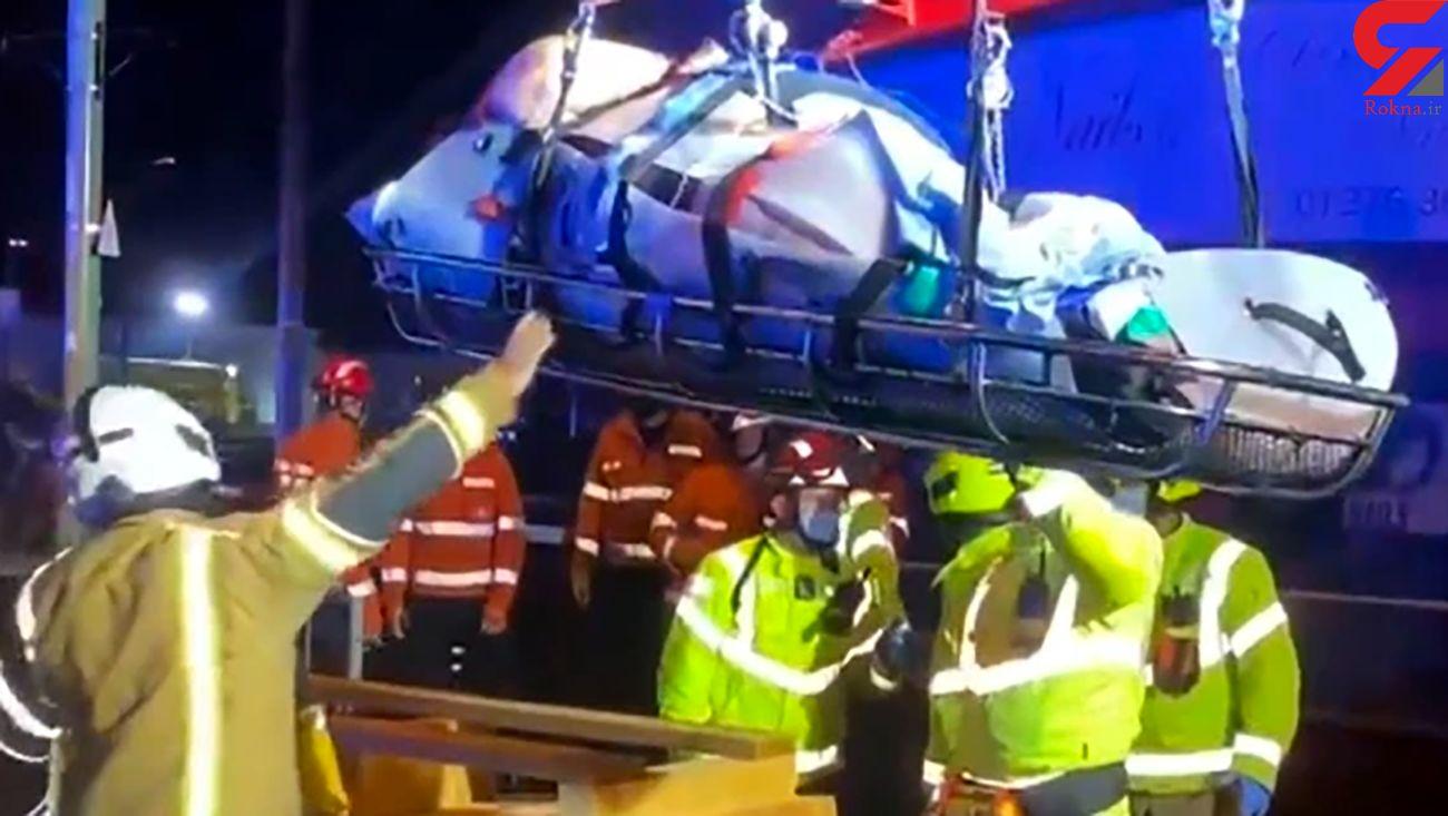 انتقال مرد 318 کیلویی با جرثقیل توسط آتش نشانان + عکس