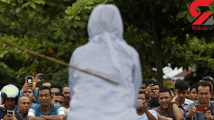 تصاویر لحظه اجرای حکم شلاق در ملاعام یک زن و مرد اندونزیایی به جرم ارتباط پلید