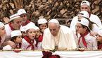 رهبر کاتولیک های جهان شمع تولد 81 سالگی اش را روی پیتزای 4 متری فوت کرد+تصاویر