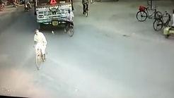 له شدن مرد دوچرخه سوار زیر کامیون + فیلم وحشتناک