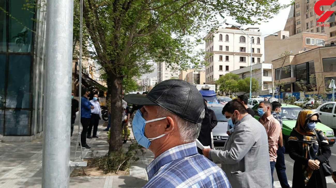 حمله معترضان به ساختمان بورس در سعادت آباد / توهین به رئیس جمهور + فیلم
