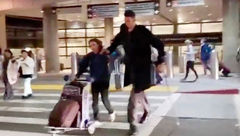 قدبلندترین مرد جهان در فرودگاه+عکس ها