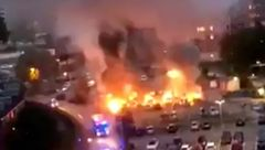 به آتش کشیده شدن ۸۰ خودرو  توسط افراد ناشناس+ تصاویر عجیب