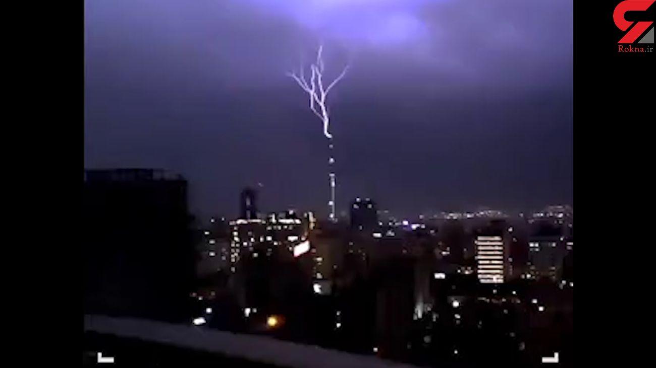 جدیدترین فیلم لحظه برخورد صاعقه با برج میلاد تهران
