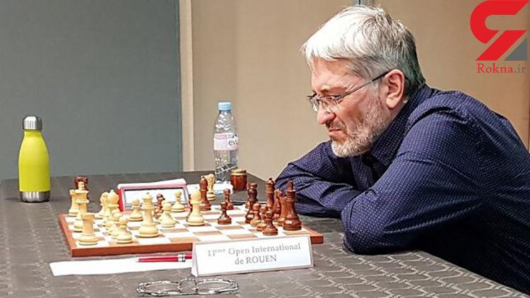 تصویر لو رفته از یک استادبزرگ شطرنج در حال تقلب در توالت!