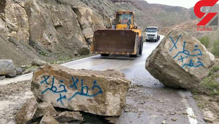 ریزش سنگ های غول پیکر کوه در جاده قوچان+عکس