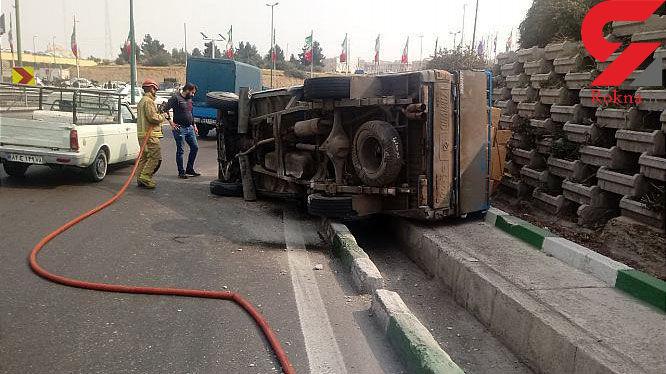 واژگونی وانت نیسان در بزرگراه شهید لشگری، راننده را راهی بیمارستان کرد