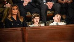 خوابیدن پسر بچه 11 ساله در کنار ملانیا ترامپ! +عکس