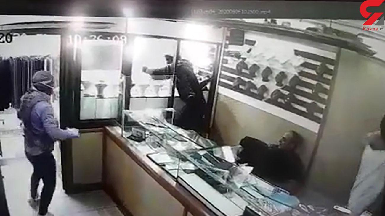 واکنش جالب طلافروش در لحظه سرقت مسلحانه خوفناک از مغازه اش در اسلامشهر