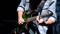 یک فستیوال موسیقایی در عمارت روبرو برگزار می شود