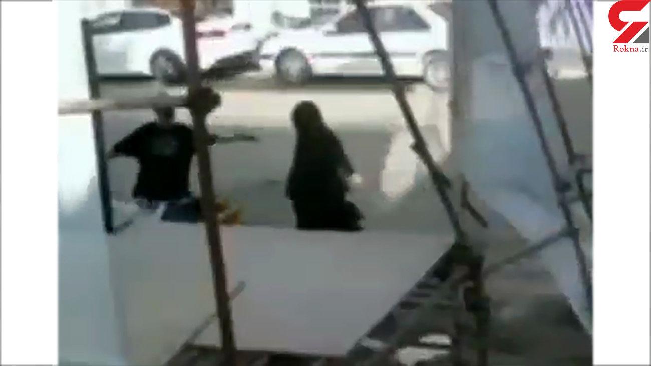فیلم سقوط داربست ستاد تبلیغاتی روی سر مردم در خیابان سینما رکس آبادان + عکس