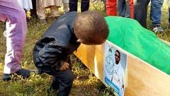 آخرین دیدار جانسوز فرزند خردسال نیجریهای با پدر شهیدش +تصاویر