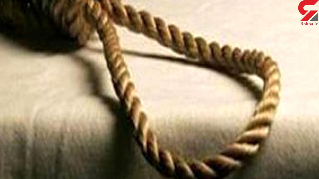 فیلم / پاره شدن طناب دار از گردن قاتل کرمانی
