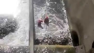 تلاش کارگران زحمتکش شهرداری برای جمعآوری زبالهها در مسیل باختر + فیلم