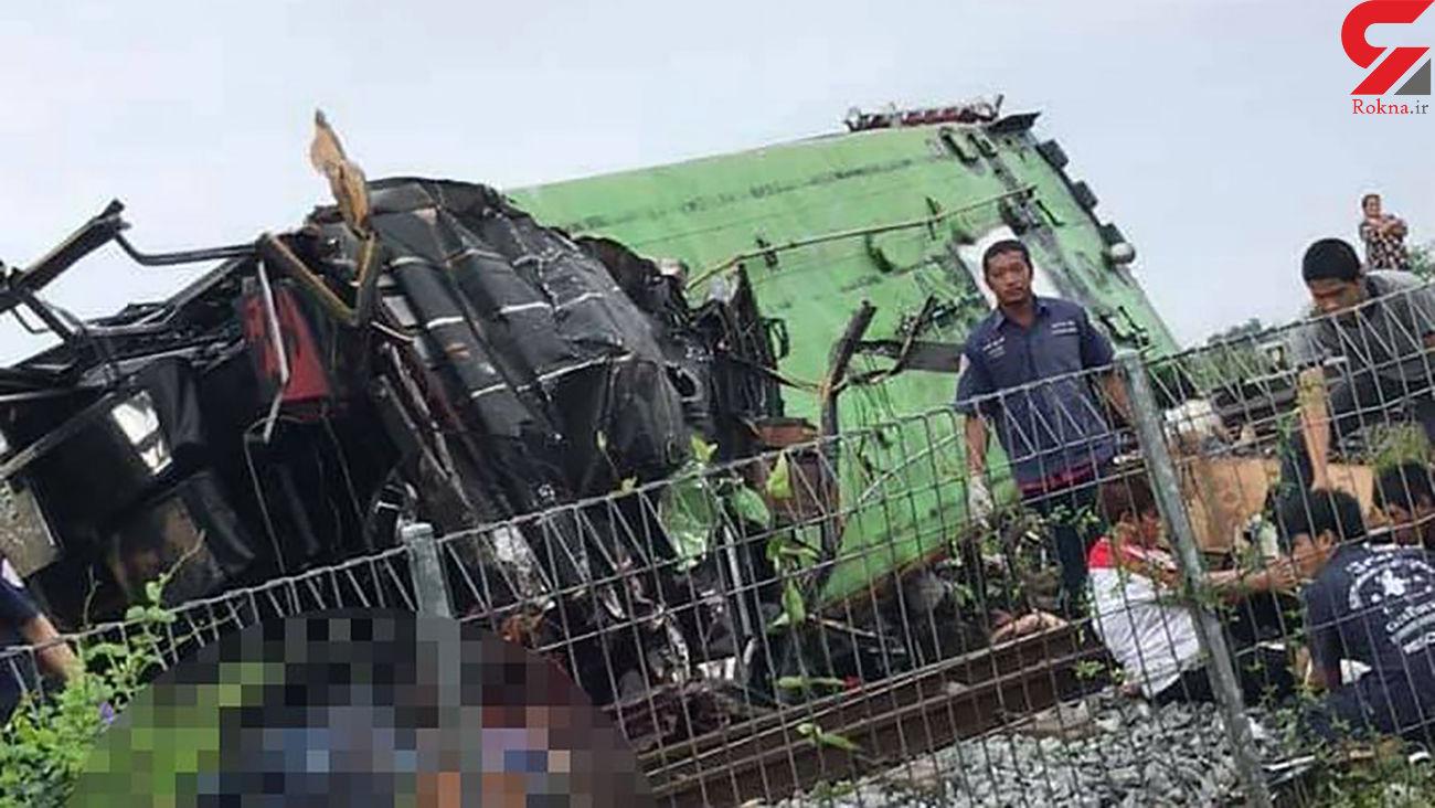 تصادف خونین قطار و اتوبوس / 18 نفر در دم جان باختند + عکس