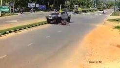 راننده ناشی از روی موتور سوار رد شد! + فیلم