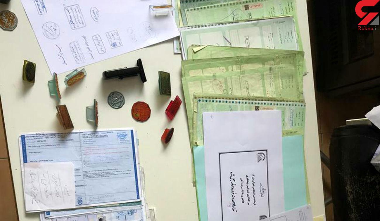دستگیری جاعل حرفه ای با 3 هزار برگ اسناد هویتی در تهران + عکس