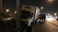 خم شدن تیر چراغ برق در اثر برخورد کامیون / در مهاباد رخ داد