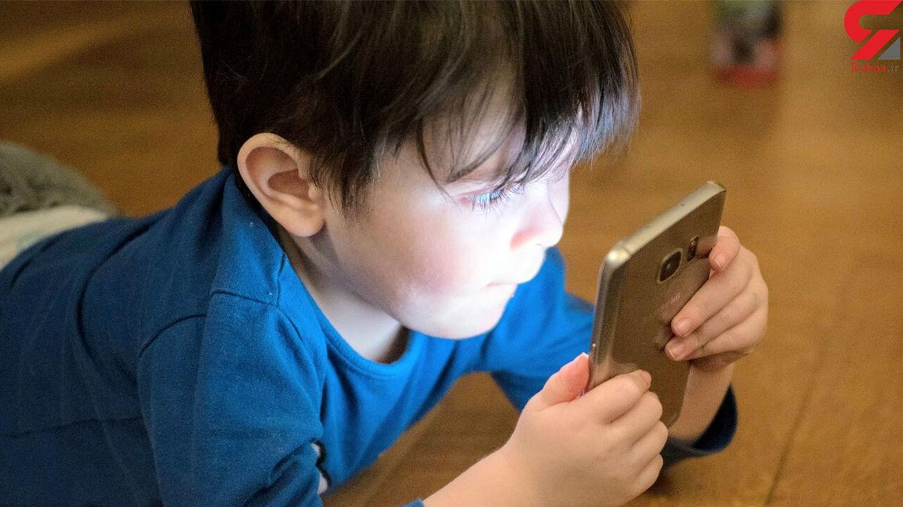 واکنش جالب کودک به صدای زنگ ناگهانی موبایل + فیلم