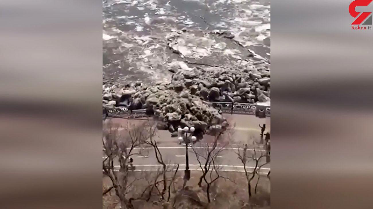 سیل تیکه های بزرگ یخ خیابان را مسدود کرد ! / حصارها تخریب شدند+ فیلم
